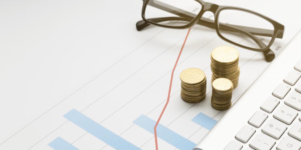 Gráfico com índice de valorização de imóveis sobre a mesa