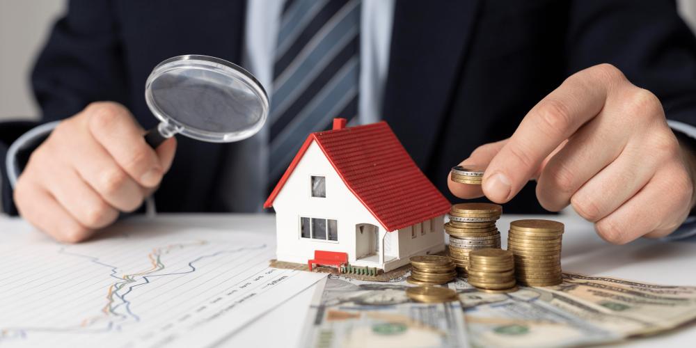 empresario-analisando-como-investir-no-mercado-imobiliario-sem-ter-imoveis